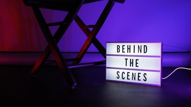 Testo della lavagna dietro le quinte su lightbox o cinema light box.