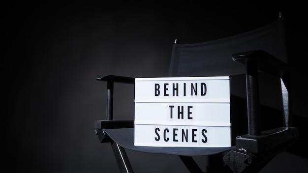 Testo della lavagna dietro le quinte su lightbox sulla sedia del regista