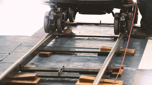 Dietro le quinte del team di produzione che imposta la pista del carrello per l'attrezzatura della videocamera