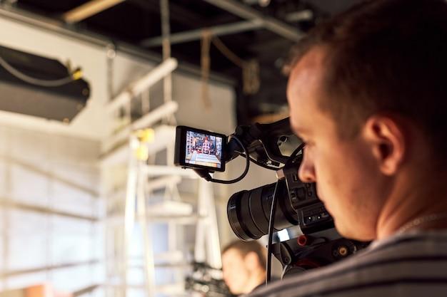 Dietro le quinte della produzione video o delle riprese video, grana del film, messa a fuoco selettiva, illuminazione speciale