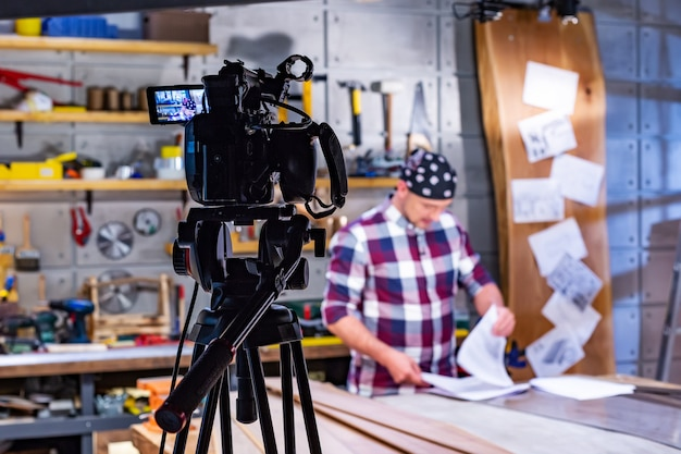 Dietro le quinte della produzione video o della location dello studio di ripresa video con la troupe cinematografica.