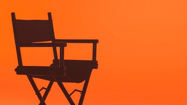 Dietro le quinte con la sedia del regista che gira un video film con il team di produzione che allestisce il palco