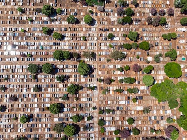 Volo aereo panoramico direttamente sopra il cimitero del cimitero densamente popolato.