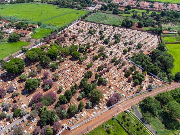 Volo aereo panoramico direttamente sopra il cimitero del cimitero densamente popolato. Foto Premium