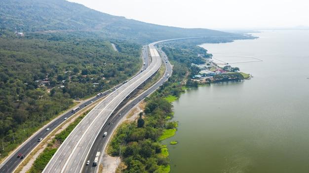 Vista aerea panoramica della grande autostrada, vista dall'alto da drone di strada e montagna foresta verde in thailandia