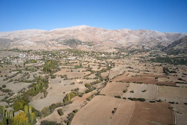 Vista aerea panoramica della valle di montagna con campi agricoli