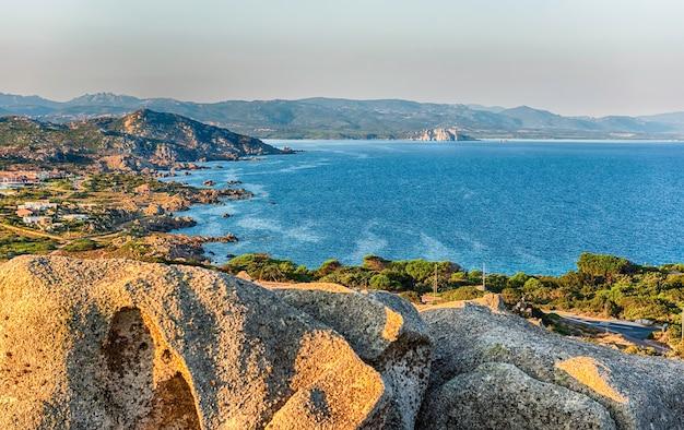 Scenic vista aerea della baia di santa reparata, vicino a santa teresa gallura, vicino alle bocche di bonifacio, situata sulla punta settentrionale della sardegna, italia