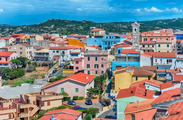 Veduta aerea panoramica della città di santa teresa gallura, situata sulla punta settentrionale della sardegna, sulle bocche di bonifacio, in provincia di sassari, italia