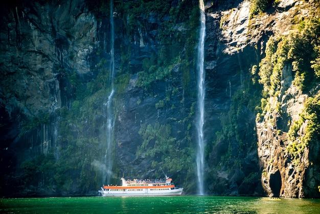 La crociera scenica si avvicina alla cascata
