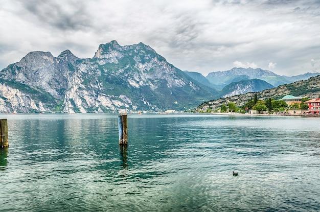 Scenic vista idilliaca sul lago di garda dalla città di torbole, italia