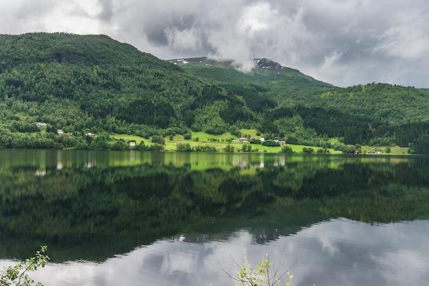 Paesaggio panoramico in sogn og fjordane, norvegia occidentale