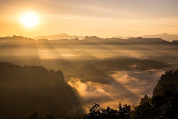 La luce del sole del paesaggio scenico risplende sulla collina nebbiosa, baan jabo, mae hong son, thailandia