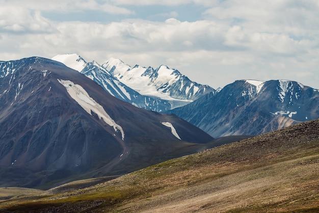 Paesaggio panoramico con grande catena montuosa e ghiacciaio.