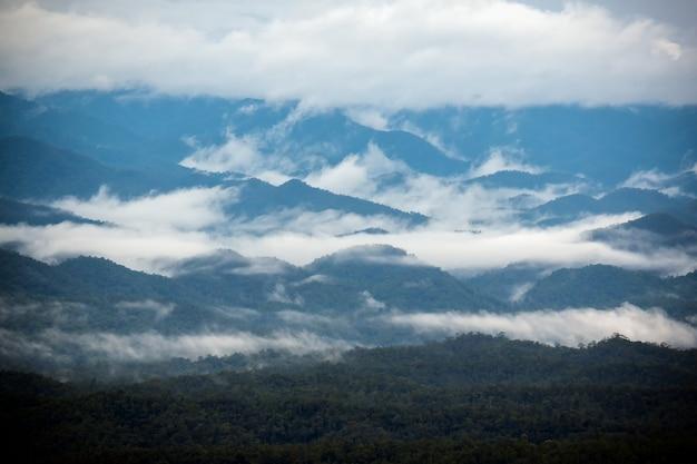 Paesaggio panoramico con nuvole oceaniche tra la cresta durante il tramonto o l'alba nel nord della thailandia