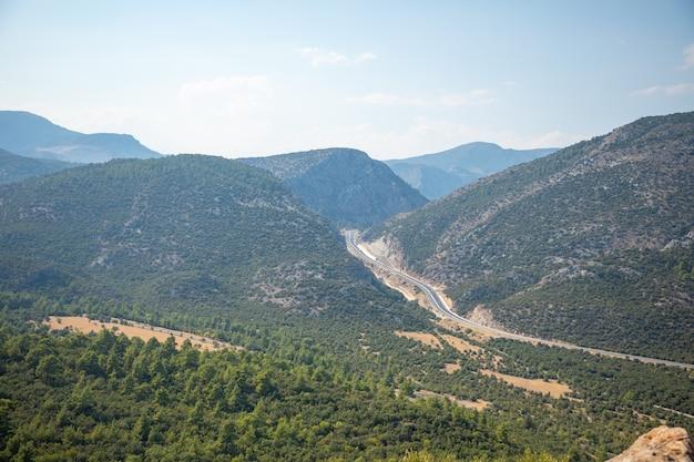 Paesaggio montano panoramico con nuova autostrada vicino ad antalya in un giorno d'estate, turchia