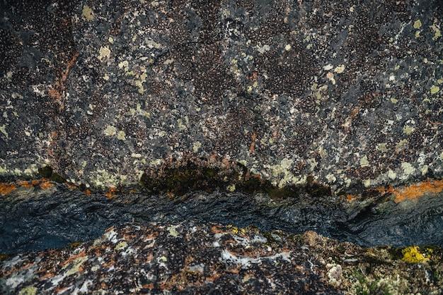 Fondo scenico della natura del flusso d'acqua limpida turchese tra rocce con muschi e licheni. atmosferico paesaggio montano con pietre di muschio in un torrente di montagna trasparente. bellissimo ruscello di montagna.