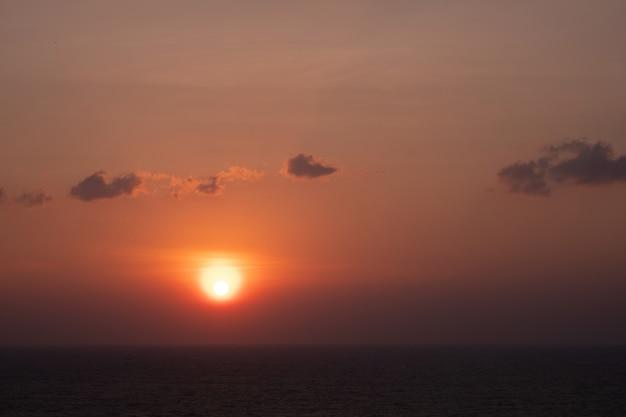 Priorità bassa arancione scenica del cielo di tramonto