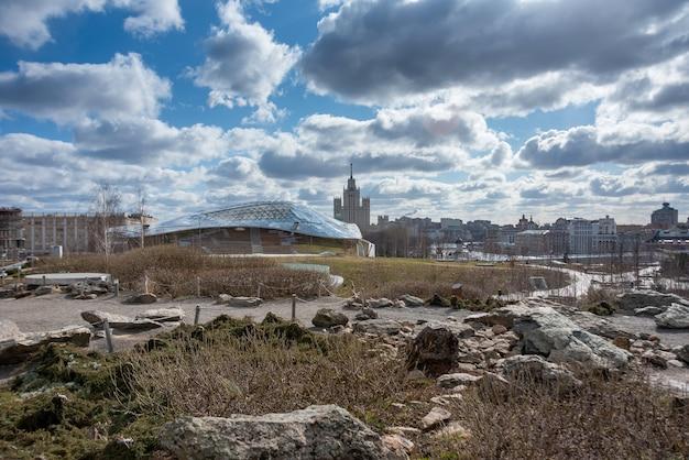 Panorama panoramico del parco zaryadye affacciato sulla cattedrale di san basilio e sul cremlino di mosca, russia. vista dei punti di riferimento di mosca in primavera. bello scenario del parco centrale di mosca.