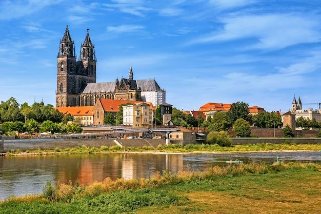 Scenic vista panoramica della città vecchia di magdeburgo con il fiume elba e il suo argine a magdeburgo in germania
