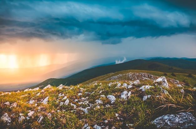 Foto panoramica di pioggia in montagna.