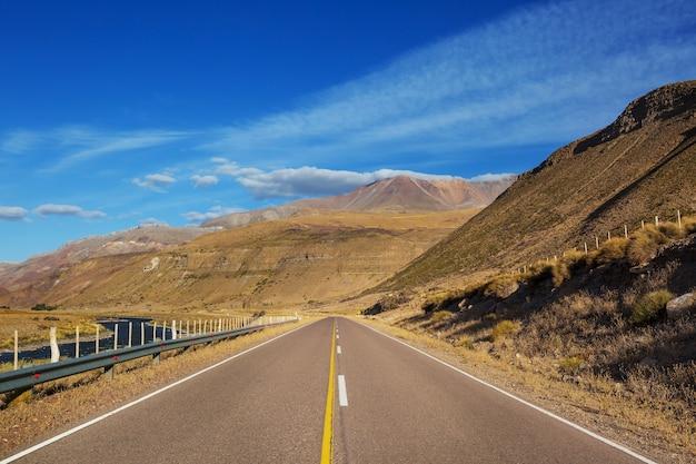 Strada panoramica in montagna. sfondo di viaggio.