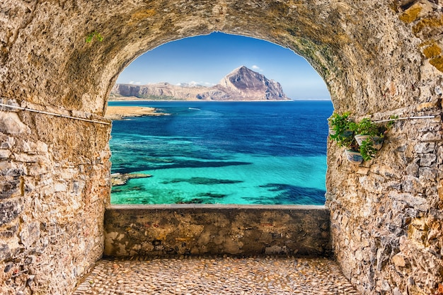 Scenic rock arch balcone affacciato sulla costa siciliana e sul monte cofano, san vito lo capo, italia