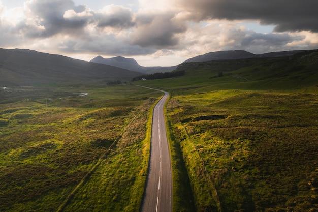 Strada panoramica durante il tramonto in scozia