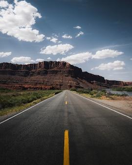 Strada panoramica che porta a una montagna nello utah, usa