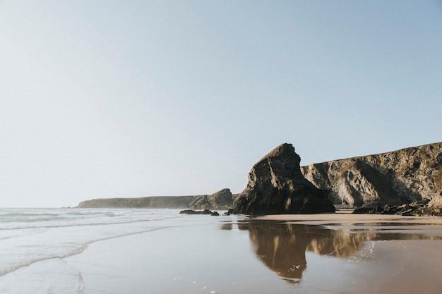 Spiaggia rocciosa scenica di una giornata di sole