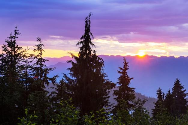 Scenic sunset in montagna. stagione autunnale.