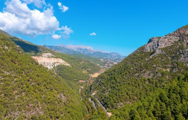 Vista panoramica dall'alto delle foreste di conifere e delle montagne nella provincia di antalya, turchia