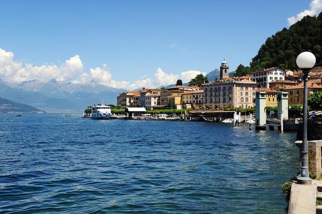 Vista panoramica del lungomare di bellagio sul lago di como