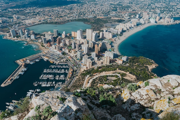 Vista panoramica della città costiera di calp dal parco naturale di penyal d'ifac in spagna