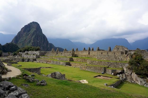 Una vista panoramica della città perduta di machu picchu, perù.