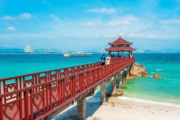 Vista panoramica del ponte dell'amante nell'isola di wuzhizhou. haitang bay, città di sanya, isola di hainan.