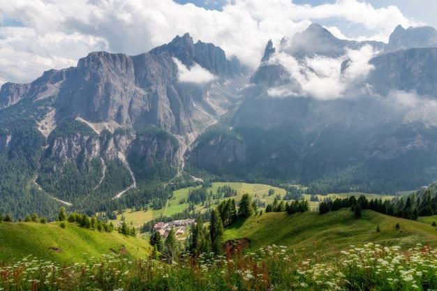 Vista panoramica della valle di montagna e del villaggio di colfosco nelle dolomiti italiane. alpi italiane, alto adige