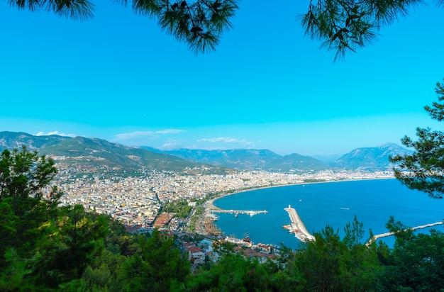 Vista panoramica della località turistica di alanya dalla foresta di pini, turchia