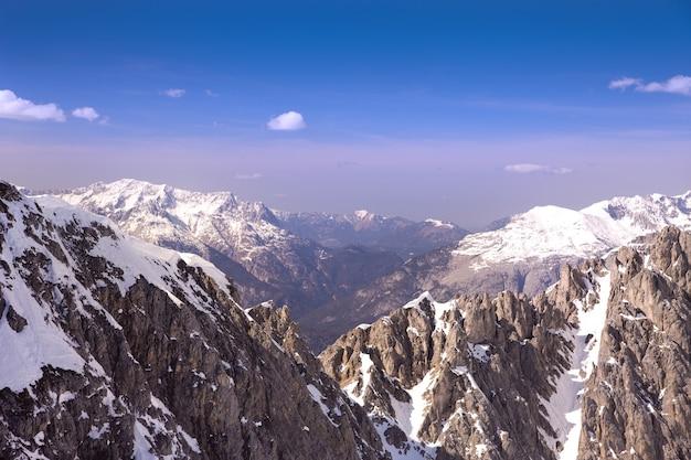 Vista panoramica delle montagne innevate nelle alpi austriache