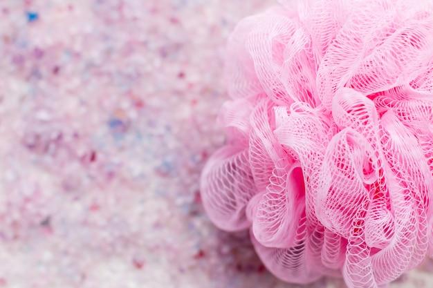 Sale da bagno profumato con il fondo del primo piano nei colori rosa e porpora della spugna del bagno, vista superiore