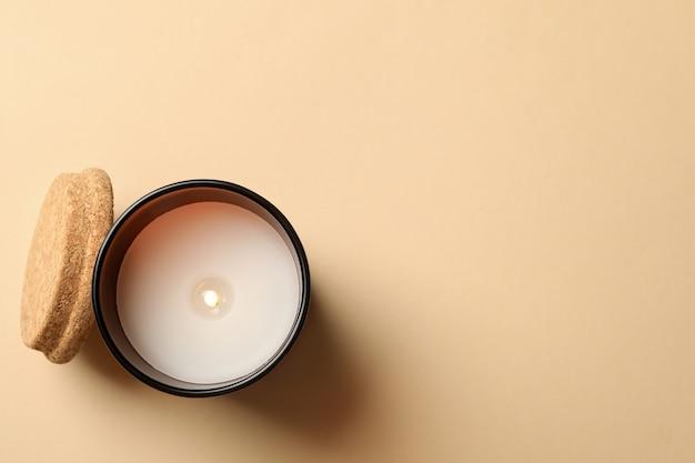 Candela profumata per rilassarsi su fondo beige
