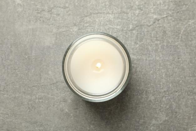 Candela profumata per rilassarsi su sfondo grigio