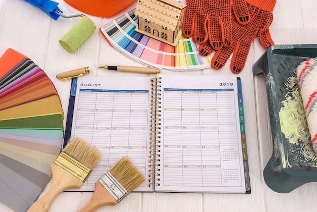 Pianifica con il campione di colore e gli strumenti di pittura vista dall'alto