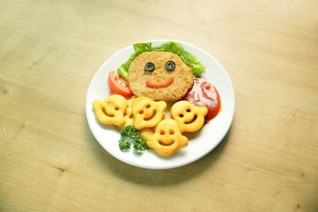 Schnitzel e guarnire un piatto in un ristorante per bambini googlebing