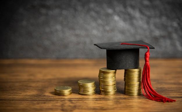Concetto di formazione di borse di studio con tappo di laurea sul risparmio di moneta per l'educazione di sovvenzioni