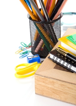 Accessori per la scuola e scacchiera isolati