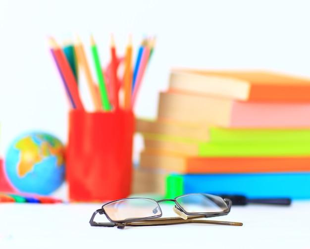 Accessori per la scuola su bianco