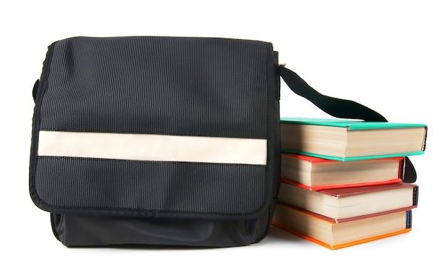 Zaino e libri della scuola. su uno sfondo bianco.