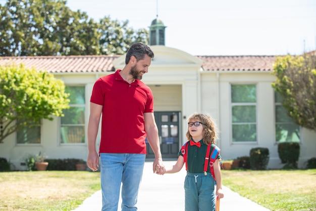 Scolaro che va a scuola con il padre