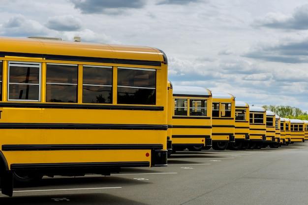 Scuolabus sulla strada cittadina americana la mattina a scuola