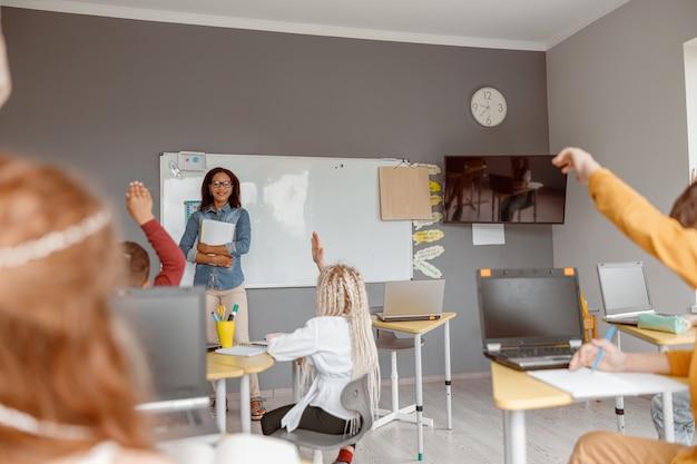 Scolari seduti in classe a lezione